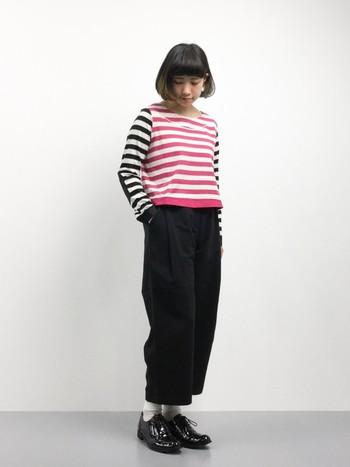ちょっぴり個性的なボーダートップスは、コーデの主役になりますね。パンツやシューズを黒でまとめることで、ピンクが引き立ちます。