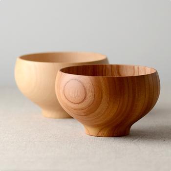 素材は、ケヤキとブナの2種類でご用意。いずれも「ろくろ挽き」で作られており、天然木を使用しているため、ふたつとない木目と、自然特有の美しさを堪能できます。  毎日のように使うお椀だからこそ、デザインや使い勝手にこだわりたいですね。