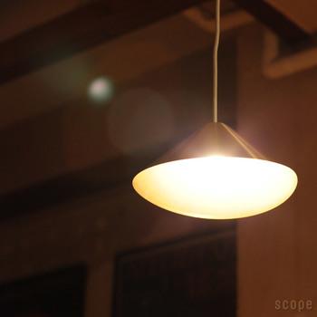 アルミニウム製のブラックとホワイトに加え、scope別注の真鍮製のライトもラインナップ。クラシックで上品な雰囲気は真鍮ならでは。ヴィンテージの家具にも似合います。