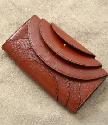 このサークル模様、実は各段ごとに「コインケース・カードケース・お札入れ」と収納スペースが設けられているんです!遊び心あふれるデザインは、ちょっと人とは違うお財布を探している人におすすめです♪