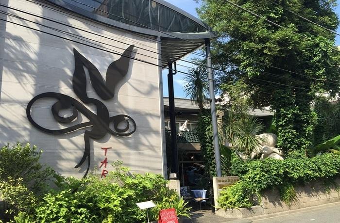 建築家・坂倉準三の設計によって1953年に竣工して以降、太郎氏が生涯を過ごしたアトリエ兼住居が記念館になっています。バルコニーに「太陽の塔」が小さく見えますね。