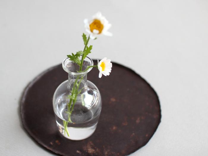 まるで薬瓶のアンティークのような雰囲気が味わい深い一品です。お花を活けるだけではなく、さまざまな使い方を楽しめるこちらの花瓶は、そのまま飾ったり綺麗な砂を入れても素敵。