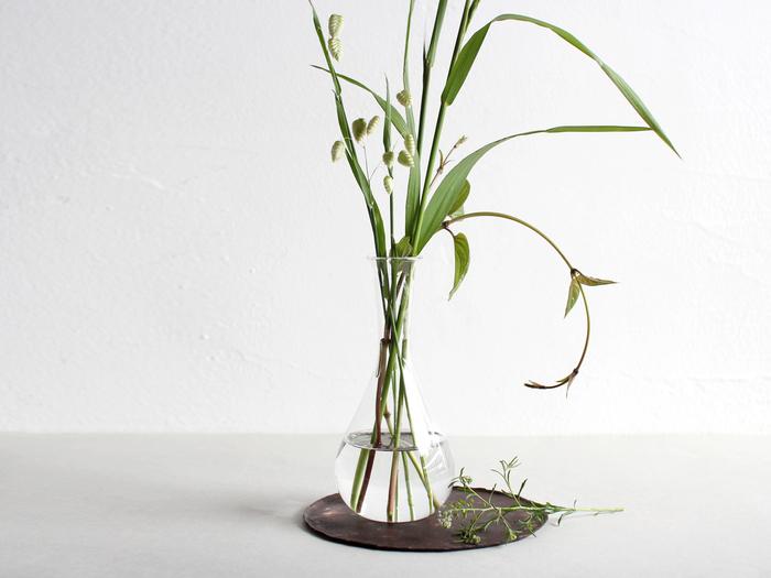 首の長い花瓶は、ひとつ持っていると急にお花をいただいた時にも困らないアイテムです。一輪挿しとしても使いやすく、お部屋の片隅で見つけてふっと心が和む、そんなディスプレイを楽しめそうですね。背の高い草花を生けるのにぴったり。