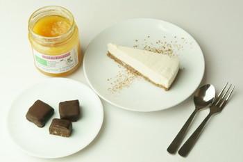 チーズケーキなのにチーズを使わない、ヘルシーなチーズケーキ。蜂蜜と柚子がマッチします♪ 材料は、生カシューナッツ、ココナッツフレーク、レーズン、ローハニー、ココナッツオイル、塩、アイリッシュモスジェル、ゆず果汁