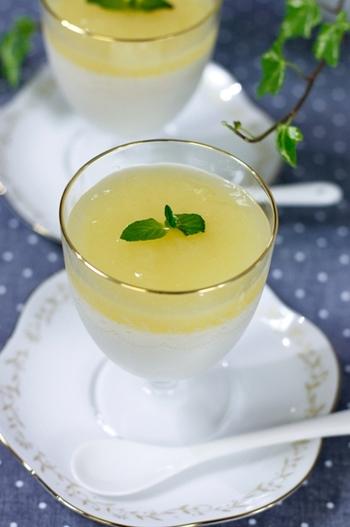 柚子の果汁が甘酸っぱいデザートです。 材料は、:絹ごし豆腐、ヨーグルト、飲むヨーグルト、有機ブルーアガベシロップ、柚子果汁、ゼラチン