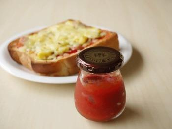 トマトに加えるのは少しの砂糖と塩だけ。トマトの旨味を濃厚に味わえるケチャップです。