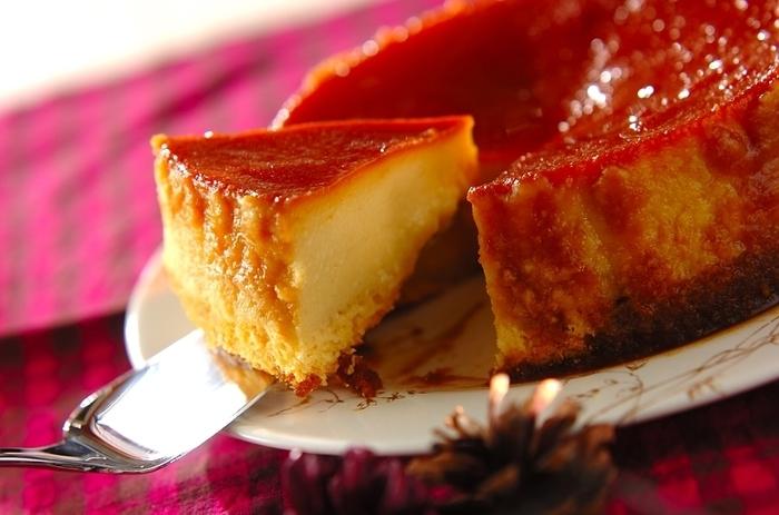 さつまいもの甘味が濃厚なプリンケーキ。スポンジ、さつまいもプリン、カラメルソースの3層でできています。