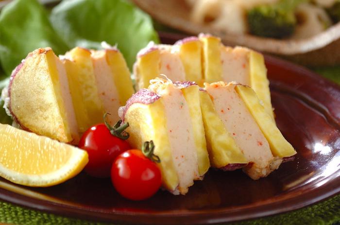 エビとイカのすり身をサツマイモではさんだ変わり天ぷら。ご飯が進みます♪お弁当にもOK。 材料は、さつまいも、エビ、イカ(冷凍)、ショウガ、酒、塩、しょうゆ、片栗粉、揚げ油