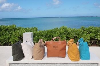 青い空と海、そして太陽に映えるまぶしい緑。そんな沖縄の自然の中で無造作に使いたい帆布バッグ。それが「TESHIGOTO」です。