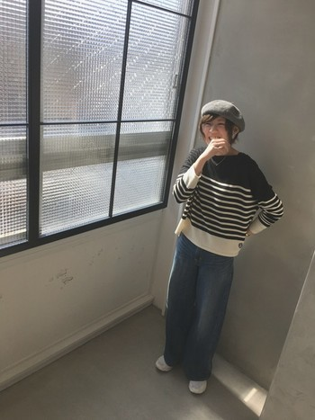 ボーダートップスにゆるデニムは鉄板コーディネートですね。ベレー帽を合わせると、よりこなれた雰囲気に♪