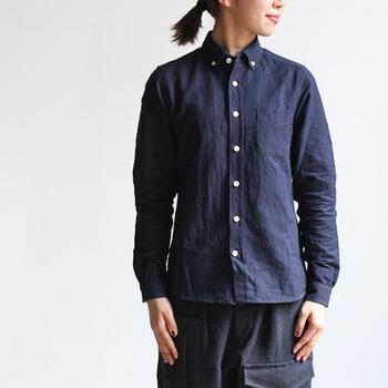 """マイヨのシャツは素材からとてもこだわって作られています。コットンや、コットンリネン混紡のオリジナルファブリックを使用し、洗いざらしに仕上げられたシャツたちは、初めて袖を通した時から""""すっと体に馴染む""""。そんな着心地の良さが感じられます。"""