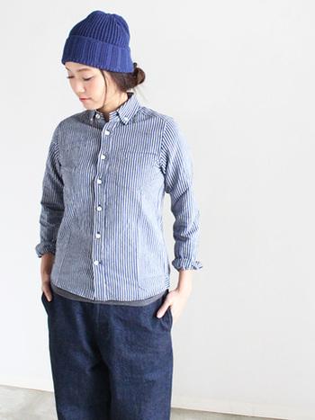 一般的なシャツよりも、やや小さめに作られたネック回り。襟が自然と立ち上がり、肩にかけてのラインが女性らしい華奢なシルエットに。上のボタンを開けて着ても、だらっとした雰囲気にならず、すっきり見えます。