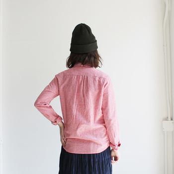 サイドが短く、丸みを帯びたヘムラインはスカートやパンツにアウトしても大丈夫。着まわしの幅が広がるので嬉しいですよね。