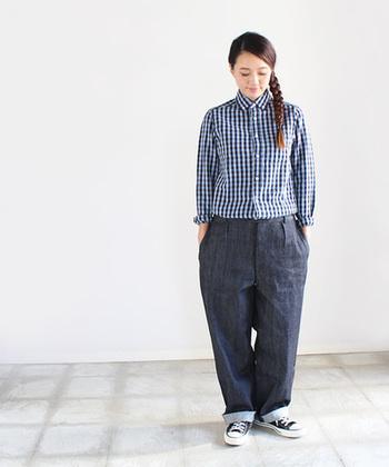 シンプルにシャツ×パンツでコーディネート。太目のパンツにはインして、スキニーや細身のパンツには裾をアウトするとすっきり着られます。