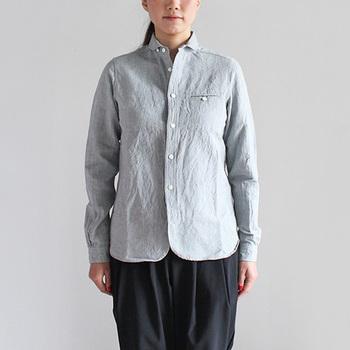 定番デザインのひとつ「sunset work shirts」。ヴィンテージ古着のワークシャツに見られるようなディティールを落とし込んだ、こだわりのデザインが特長的です。
