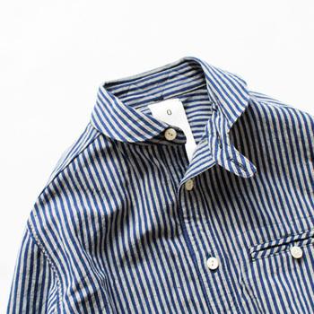 かわいらしい小さめの丸襟、襟元にはヴィンテージ古着に見られる「チンストラップ」、胸のポケットのディティールなど、見れば見るほど愛おしくなるデザインです。