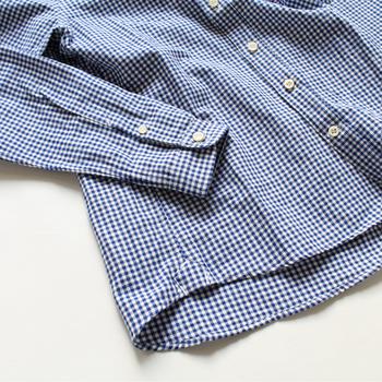 袖をまくった時にシルエットがくずれないよう裏に一枚布を重ねたり、サイドの裾にも遊び心のある可愛らしいディティールが施されています。