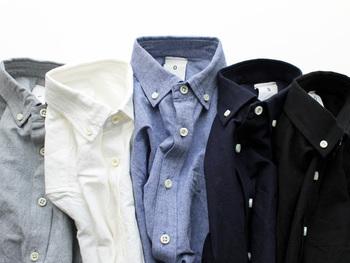 シンプルな服や柄物とも合わせやすい無地は、ホワイトやブラックなどベーシックな色味で全5色展開。デザインの良さが、さりげなく映えるのが無地の魅力ですね。コットンとリネン混紡のオリジナルファブリックを使用しています。