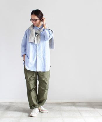ゆったりとしたロング丈のレギュラーカラーシャツ。ストンとしたきれいなシルエットで、程よいルーズ感がちょうど良いバランスです。ヒップが隠れる長さって嬉しいですよね!