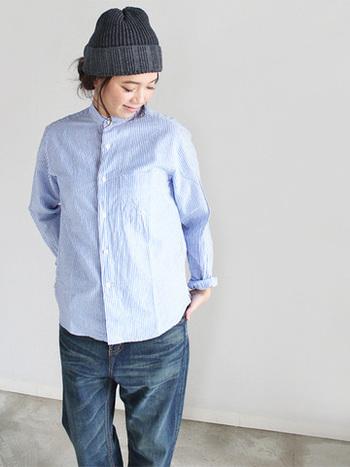 オリジナルのコットンリネン生地を使用した、ストライプシャツ。襟がスタンドカラーになっていて、着た時のサイズ感もやや大きめ。ゆったりめにラフな雰囲気で着こなしたい方におすすめです。