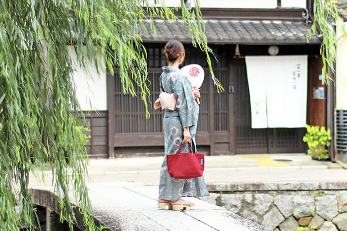 定番かばんの原型になっているのは「牛乳配達」「道具袋」「氷袋」「酒袋」など、京都の地で働き、商いを営んできた人々が普段使いにしてきた実用品。使い勝手のよさはそのままに、現代の暮らしやスタイルに合うように洗練させて「一澤信三郎帆布」のかばんができあがります。