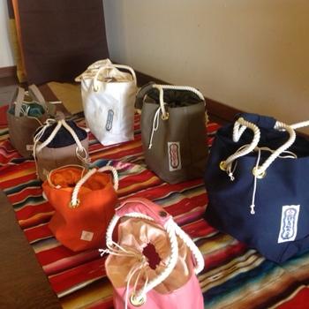 帆布バッグは一点一点が手作り。明るく抜けの良い色合いのもののほか、ボーダーや柄物など、同じものはふたつとない一点ものばかりです。