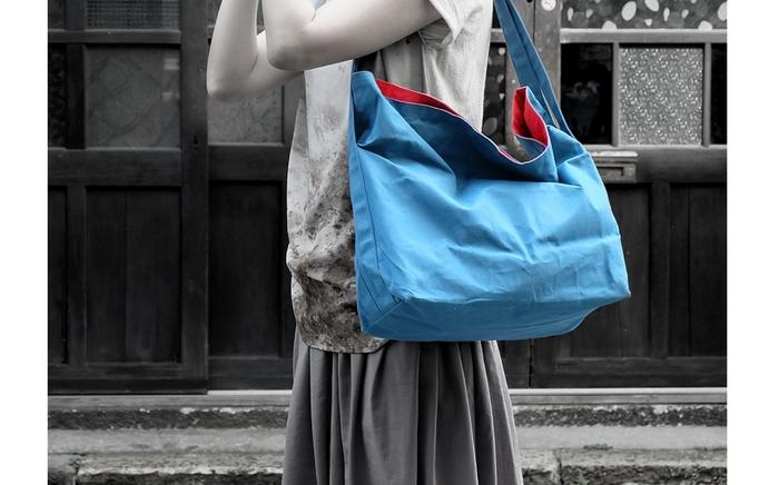 鮮やかなカラーリングに、体になじむナチュラルなフォルム。「硬くて、重くて、ゴワゴワ」な帆布のイメージを心地よく裏切ってくれる軽さと柔らかさ。「ichimaruni」の帆布バッグは、自然体な日常のシーンによく似合います。