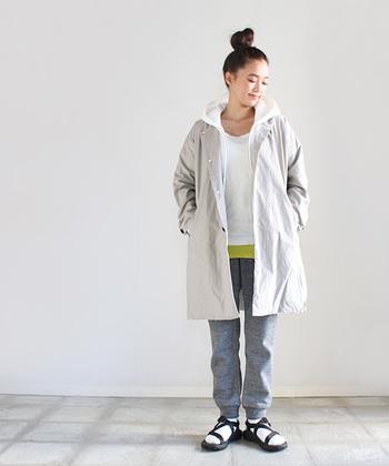 ノーカラーのコートはパーカーと合わせてスポーティーなスタイルに。