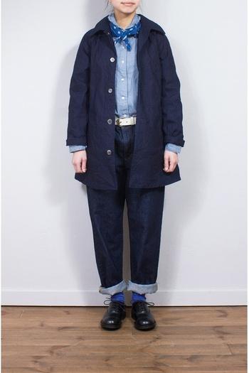 ネイビーのベーシックな、コットンナイロンのコート。ハリ感がある素材の着心地の良さを、楽しんでみてはいかがですか?