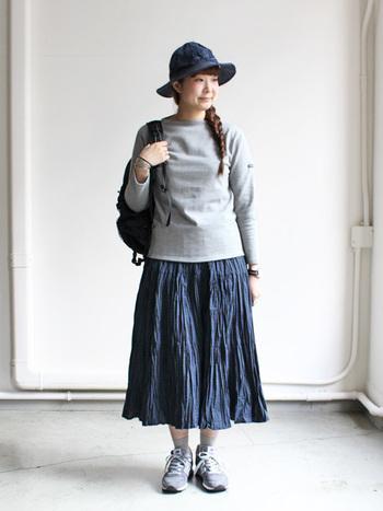しわのような、細かいプリーツが印象的なスカート。広がりすぎず、落ち着いて穿けるスカートは、一枚あると楽ちんですね。