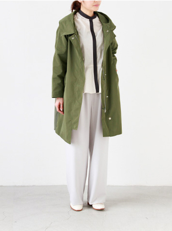 さらりとした高級感のある生地がカジュアルなデザインなのにきれいめに見せてくれるコート。 大きな襟にはフードが付いていて随所にちりばめられたディティールを楽しめます。