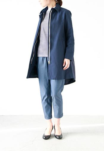 ハリのある滑らかな生地が高級感漂うコート。 バックにプリーツが入る意外なデザインで、後姿は女性らしい印象になります。 きれいめが好きな方にぜひ着ていただきたいコートです。