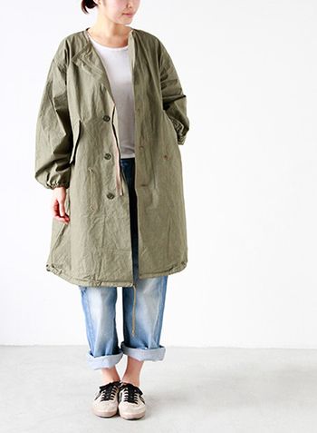 ドローコードやユーズド感のあるカジュアルさにパフスリーブの女性らしさを組み合わせたユニークなデザインのコート。 ゆとりがあるので、中にパーカー等をレイヤードもでき、色んなコーディネートを楽しめます。