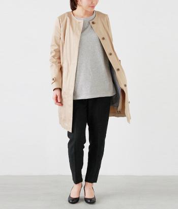 トレンチコート風のノーカラーコート。 細身で女性らしく、着回しやすいデザインです。 きれいめなデザインで、オフィススタイルからアフターファイブにも使えますね。