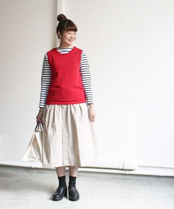 定番のボーダーシャツのコーデも赤のベストで一気に華やかに。