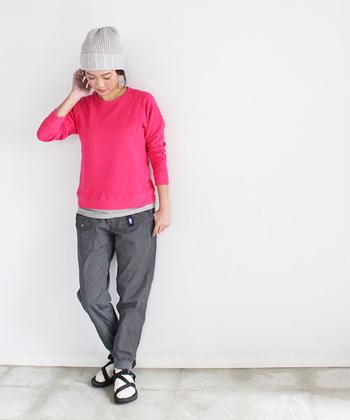 グレーのパンツには、はっとするような明るいピンクのセーター。他のアイテムはボーイッシュでも、春色セーターで可愛く着こなせます。