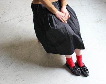 黒のタッセルローファーはマニッシュなデザインだけれど、明るい靴下を合わせると清楚な女の子らしい印象になりますね。