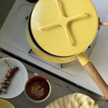 """ダンスクのホーロー鍋の魅力は、ほっこり温かな北欧風デザイン。コベンスタイルのアイコンであり鍋敷きとしても使える""""バッテン""""の持ち手。手狭なキッチンでも、フタを閉じた鍋の上に鍋を重ねて置いたり収納できるのもうれしいポイントです。"""