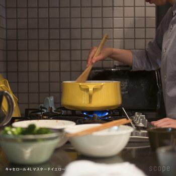 デザインはもちろん、使い勝手の良さも魅力です♪ 熱の伝わりが早いので、直ぐに火がまわる利点を活かしたスープ作り、微妙な火加減が重要なジャム作りには特におすすめ。また、こびりつきにくくて汚れも落としやすく、お手入れが簡単で取り扱いがラクチンなのは何よりも魅力的。軽くて使い勝手も良く、ホーローなので匂いがつきにくいのもポイントです。また、底面が広く丸みを持たせたデザインは、お玉などですくいやすく、炒めやすいのも◎
