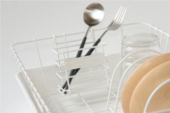 かごのフチにかけて使える箸立て。箸やカトラリーが落ちないよう、底板が付いています。