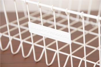 クラシカルなロゴの入った水切りかご。下に食器がつかないよう足がついています。