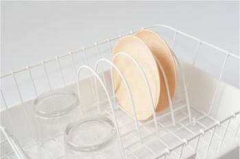 お皿が立ててある様子も様になる皿立て。大きなお皿もしっかりと支えてくれます。