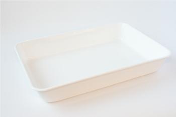 そしてこちらが野田琺瑯で製造されたトレイ。ホーローは金属表面と比べると洗浄効果が格段に高く、細菌の付着も少ないので衛生的です。