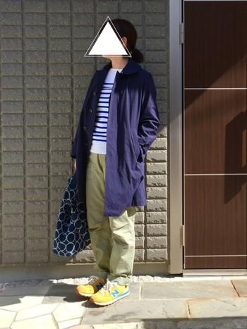 ORCIVAL(オーシバル)のステンカラーコートにボーダーTシャツで爽やかな装い。普段使いにもお出かけにもピッタリです。