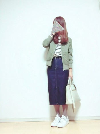 ひざ下丈のスカートとも絶妙なバランス!MA-1はスカートと合わせる時は、タイトなサイズのものがおすすめです。