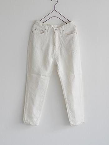 リネン地でジーンズ使用に作られたパンツ。リラックスして履ける上にスッキリした印象もあるので、重くなりがちなブラックのトップスとも相性GOOD!
