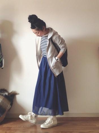 カジュアルウェアの代表的な存在のパーカーですが、合わせ方で大人も素敵に着こなせます。ORCIVAL (オーシバル)のパーカーと透け感のあるロングスカートで春らしい着こなし。
