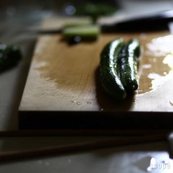 樹齢200年以上の木曽ひのきを使った「東屋(あずまや)」のまな板は、塗装などが一切されていない、一枚板でできています。