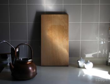 キッチンにさりげなく置いても絵になる木目。粉状のクレンザーや粗塩を使って洗い、木目を垂直にし、立てて乾かすことで、末永く使うことができます。