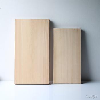 """サイズは二種類。小さいサイズには、包丁の刃当たりが均一で水切れの良い""""柾目材""""を使用。""""まな板には柾目が一番""""と言われているぐらいの適材です。大きいサイズに関しては、このサイズの柾目材が建材として多く使われるため、調達が困難、無理に作ると非常に高価となるために""""板目材""""が使用されています。"""